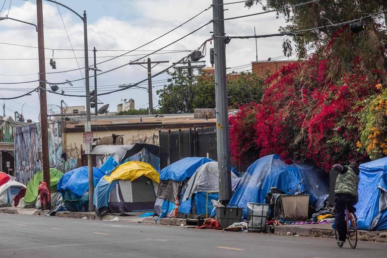 Coronavírus diminui voluntários e doações para moradores de rua de Los Angeles
