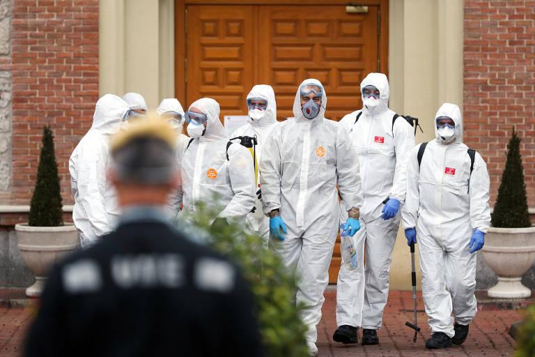 Membros da Unidade Militar de Emergência deixam uma casa de idosos em Madri, Espanha, depois de realizarem procedimentos de desinfecção no local, no dia 23 de março de 2020