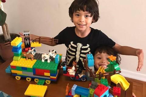 23mar20 - SÃO PAULO - JUN OLIVA PALMA SUZUKI, 6 anos, conta como está a experiência de quarentena, ao lado de jun está sua irmã Nara, 3