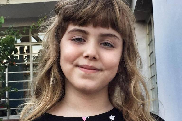 Luiza Peres Cruz, 6, usa franja com cabelos loiros