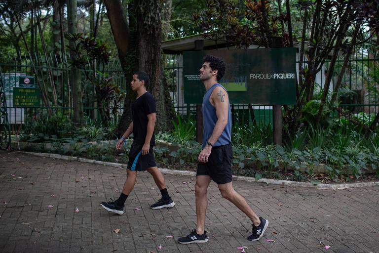 Os amigos Gerf Barone (esq.), influenciador digital, e Caio Tutik, dançarino, caminham em frente ao parque do Piqueri, no Tatuapé, fechado por causa do coronavírus