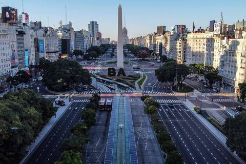TOPSHOT - Aerial view of the empty 9 de Julio avenue in Buenos Aires, on March 20, 2020. - Argentine President Alberto Fernandez on Thursday announced a