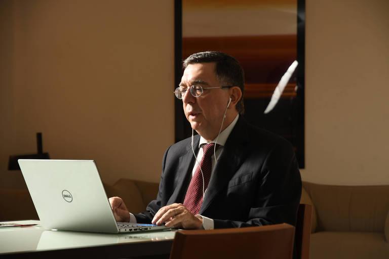 O procurador de Justiça Antonio Carlos da Ponte faz campanha virtual para a chefia da Procuradoria-Geral de Justiça de SP. Ele está de fone de ouvidos em frente ao computador