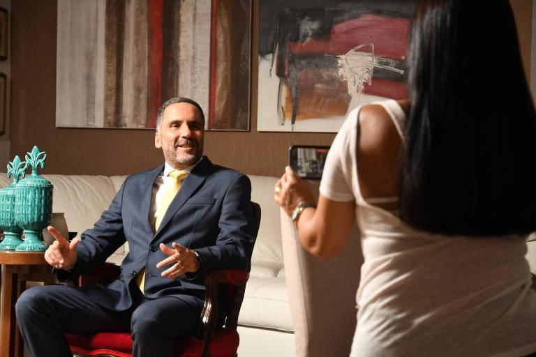 O procurador de Justiça Mário Luiz Sarrubbo, que concorre à chefia do MP de SP, grava material de campanha em casa. Ele está sentado em uma cadeira enquanto sua esposa o filma com o celular