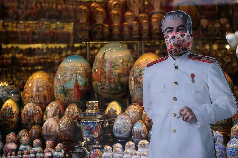 O ditador Josef Stálin, em versão de papelão, com máscara em loja de presentes de Moscou