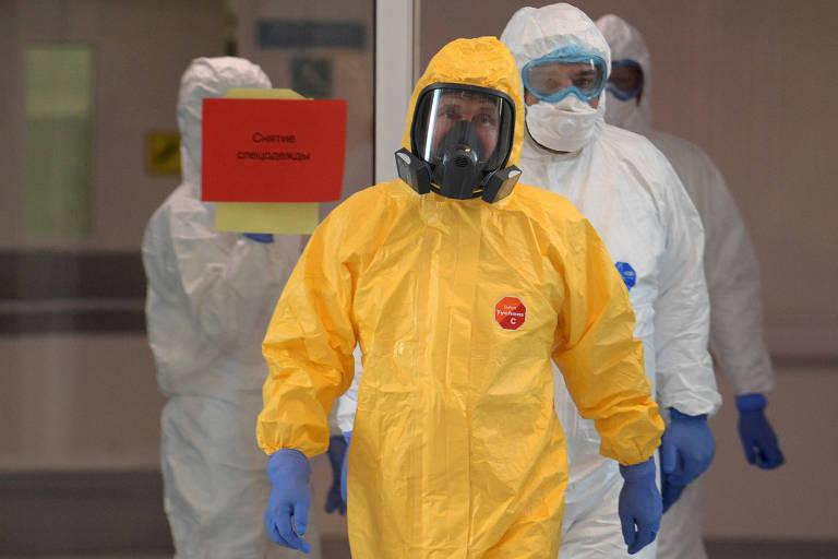 Com roupa de proteção, Putin visita hospital em Moscou para doentes com Covid-19