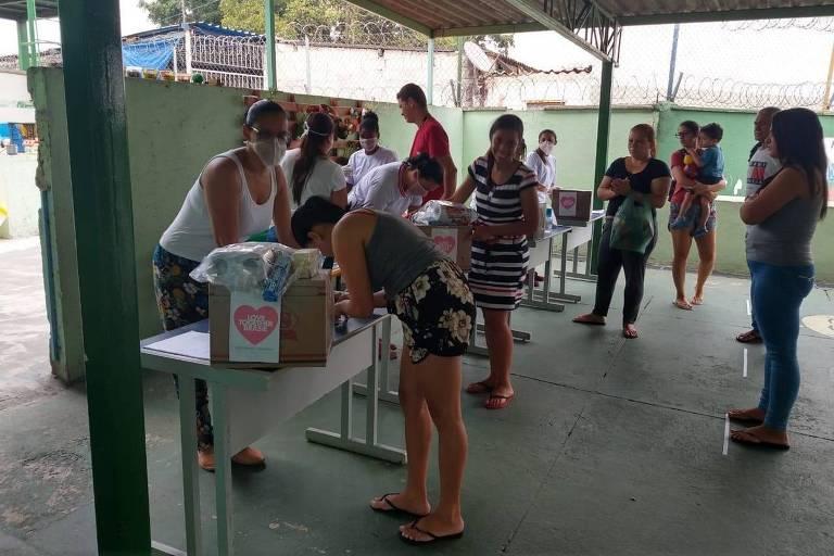 Alimentos são distribuídos para moradores do Grajaú, em SP, afetados pela pandemia do coronavírus