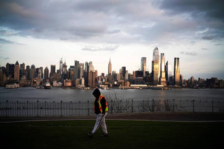 Homem caminha em parque em Weehawken, Nova Jersey, nos Estados Unidos