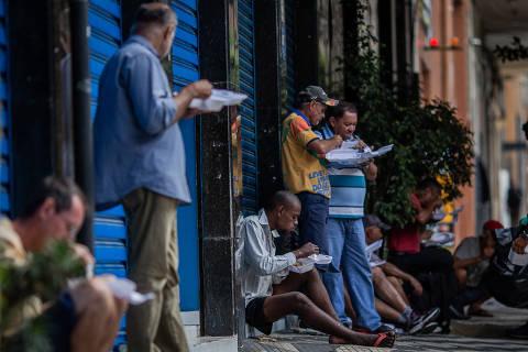 SÃO PAULO, SP, BRASIL, 24-03-2020: Movimento no Bom Prato da rua General Júlio Marcondes Salgado, 56, no Campos Elíseos, em São Paulo. Durante a pandemia do novo coronavírus as refeições estão sendo feitas na rua. A pessoa chega, paga e tem que comer sua marmita na rua. (Foto: Eduardo Anizelli/ Folhapress, COTIDIANO) ***EXCLUSIVO***