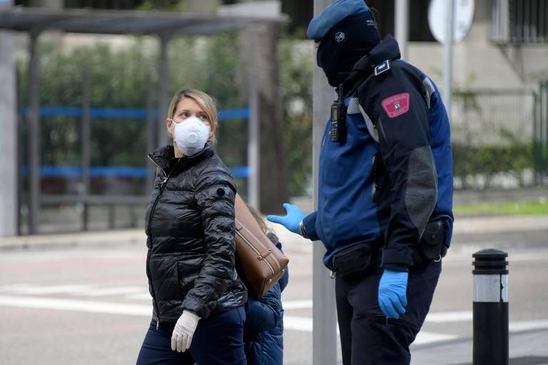 Policial orienta mulher nas ruas de Madri