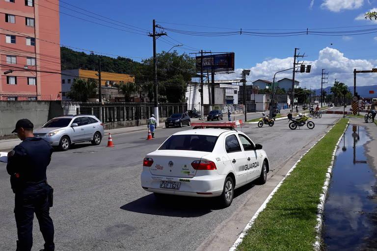 Blitz na entrada de Santos (SP); cidades da Baixada Santista têm acessos bloqueados para turistas