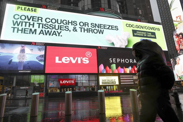 Letreiro na Times Square, em Nova York, dá instruções sobre higiene respiratória para prevenção do coronavírus