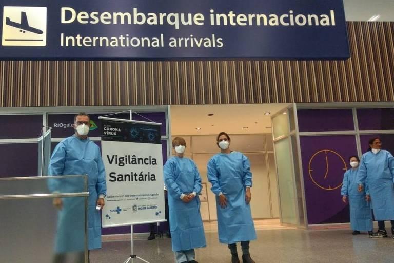 Vigilância Sanitária faz triagem de passageiros com medição de temperatura no aeroporto do Galeão, no Rio