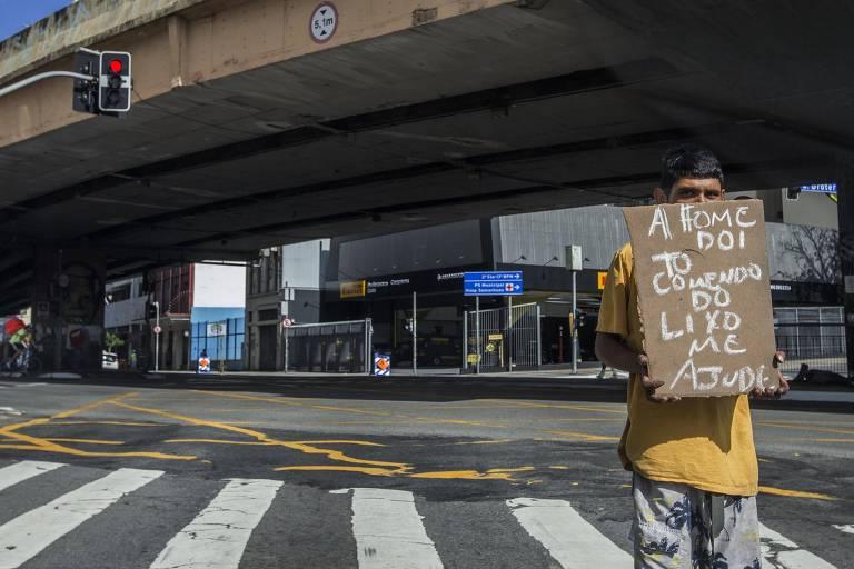 Morador de rua no centro de São Paulo, esvaziado em meio à quarentena na cidade