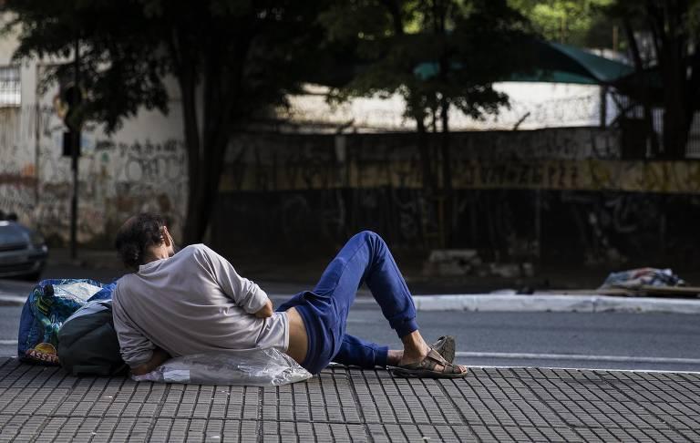 Sem ter pra onde ir e sem nenhum tipo de proteção, moradores de rua se espalham pelas ruas da cidade vazia em meio ao coronavírus