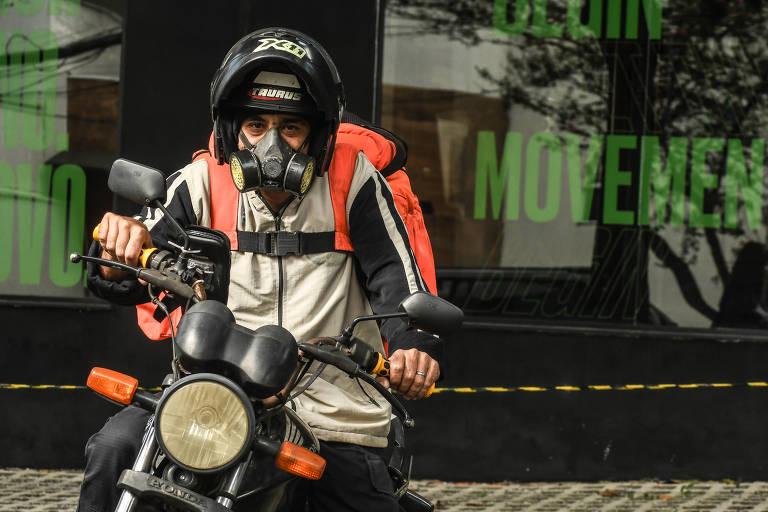 Motorista usa máscara de gás; entregadores reclamam de falta de álcool gel e de ganho baixo durante pandemia