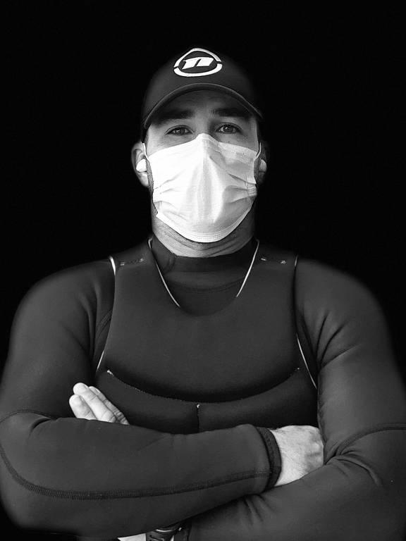 O velejador Bruno Fontes usa mascara para proteger a boca e o nariz durante quarentena, na China, em razão da pandemia de coronavírus