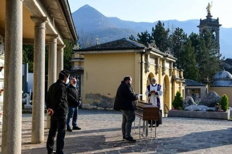 Sacerdotes celebram serviços funerários sem parentes na Itália