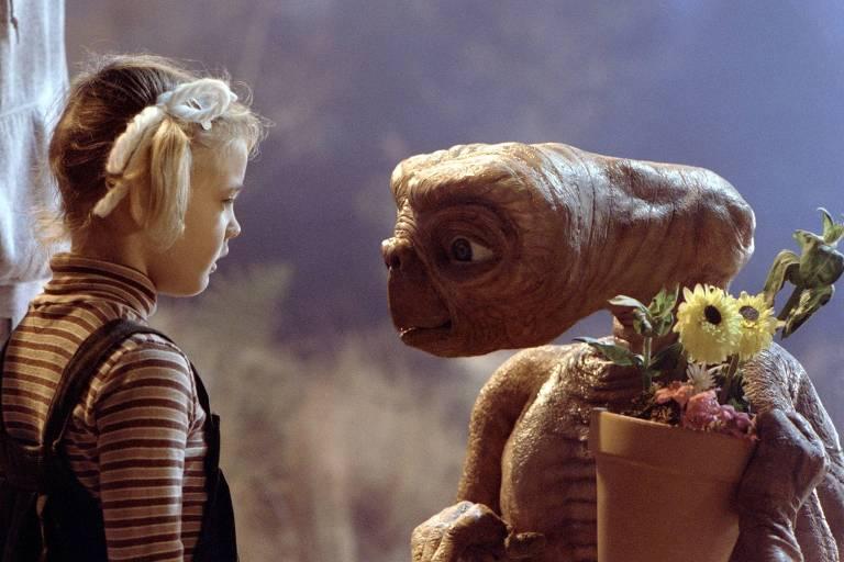 """A atriz Drew Barrymore e o personagem do filme """"E.T. - O Extraterrestre"""", de Steven Spielberg"""