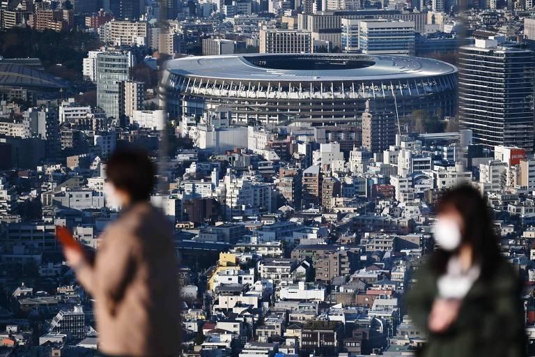 Estádio Olímpico de Tóquio visto do alto de um mirante nesta quarta (25)