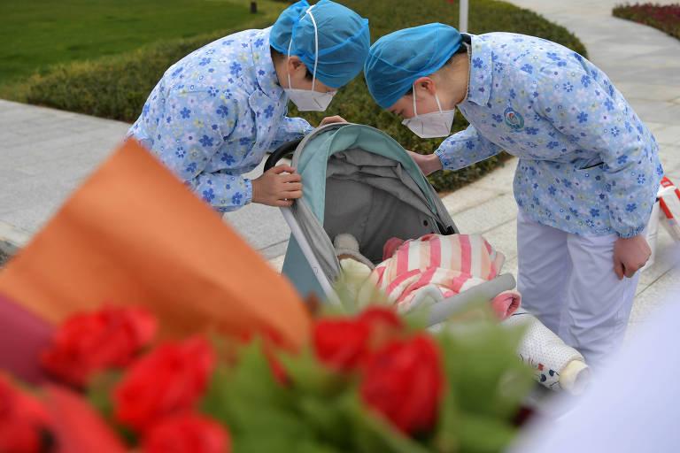 Médicas chinesas se despedem de bebê de sete meses, que pegou coronavírus, mas se recuperou após nove dias no hospital