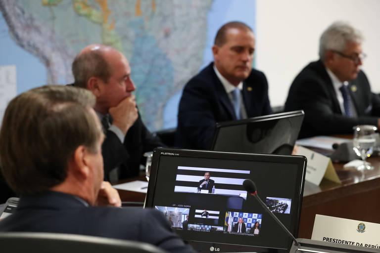 Jair Bolsonaro assiste João Doria lhe fazendo cobranças durante videoconferência nesta manhã
