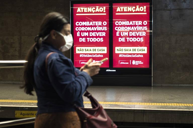 Brasileiros usam máscaras para se proteger do novo coronavírus