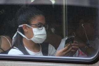 Movimentação passageiros com máscaras em estação da linha 1 azul do Metrô