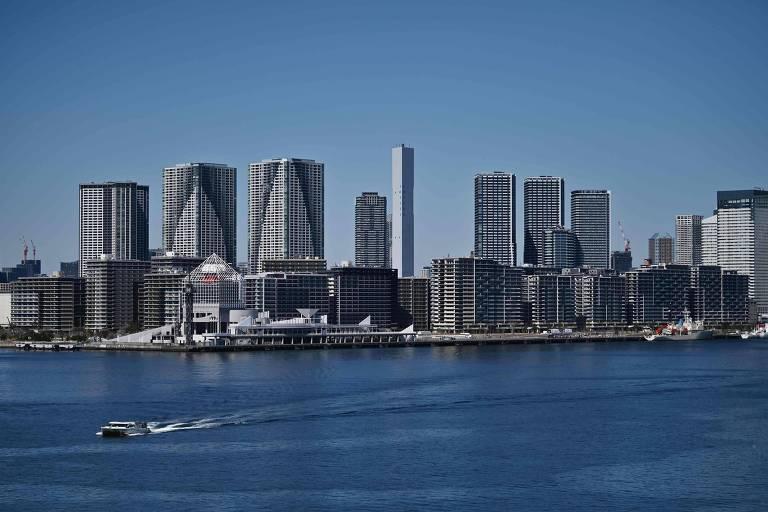 Parte da Vila dos Atletas Olímpicos (primeiro plano) fica à beira-mar em Tóquio. Na fotografia, o mar está à frente, com o conjunto de prédios ao fundo