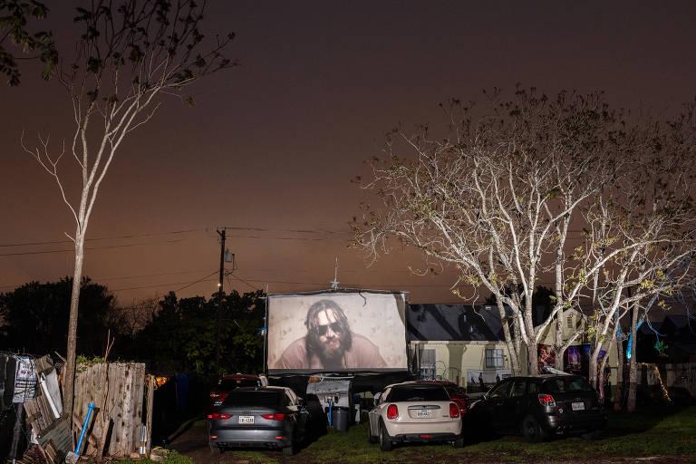 """Espectadores assistem ao """"O Grande Lebowski"""" no drive-in Blue Starlite Urban, em Austin, no Texas"""