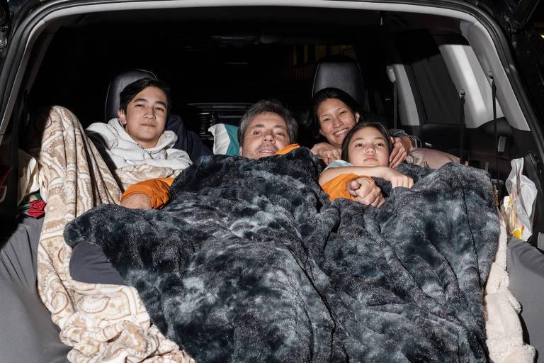 Uma família se aconchega no drive-in Blue Starlite Urban, em Austin, no Texas