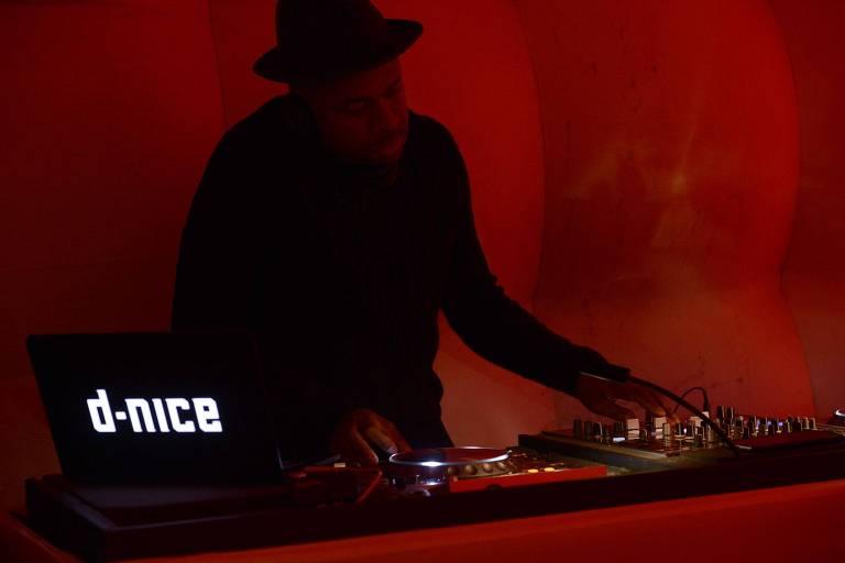 DJ D-Nice se apresenta na Semana de Moda de Nova York em 2015