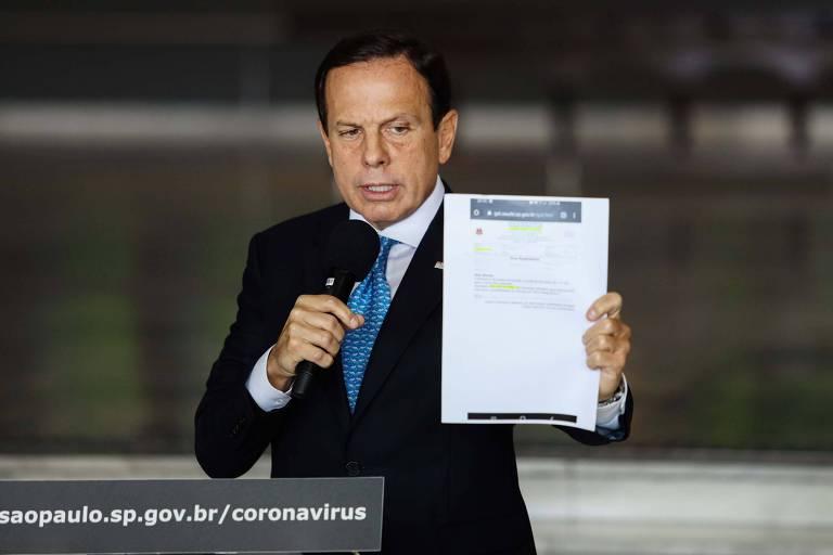 Doria mostra contraprova de seu exame para o novo coronavírus, que deu negativo, em entrevista