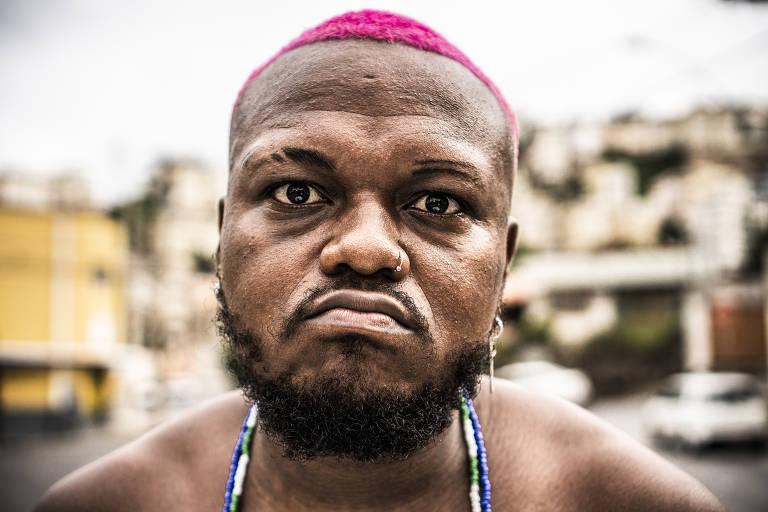 Retrato do rapper djonga, de cabelo rosa