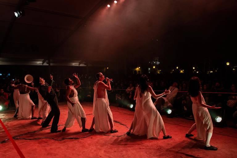 Atores do Teatro Oficina em espetáculo na abertura da Flip 2019, que homenageia Euclides da Cunha, autor de 'Os Sertões', em Paraty, no Rio de Janeiro