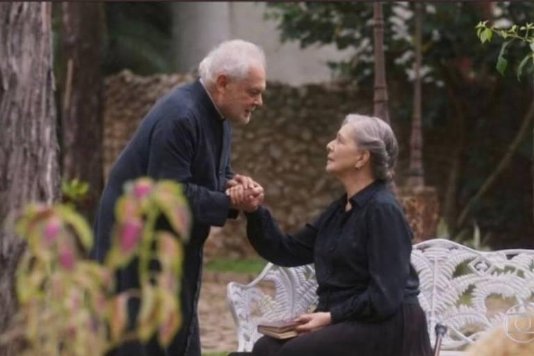 Othon Bastos e Irene Ravache em cena de 'Éramos Seis'
