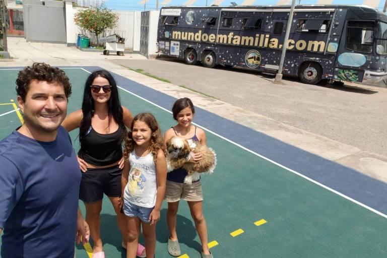 Rodrigo Nunes e sua família no estádio onde estacionaram o motorhome no Peru; eles preferiram ficar no país enquanto durar a quarentena