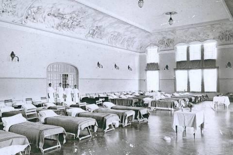 Leitos instalados no Club Athletico Paulistano durante a epidemia da
