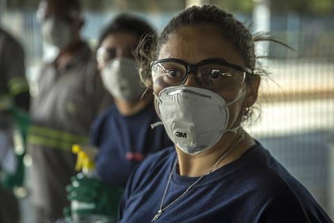 SÃO PAULO, SP, BRASIL, 20-03- 2020, 09hs:  CORONA VÍRUS - Trabalho de limpeza realizado em ônibus da empresa EMTU no terminal Jabaquara na tarde desta sexta-feira, 20. (Foto: Jardiel Carvalho/Folhapress - COTIDIANO). **EXCLUSIVO  FOLHA**