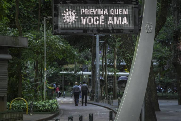 Movimentação durante o primeiro dia de quarentena na região da República, no centro de São Paulo