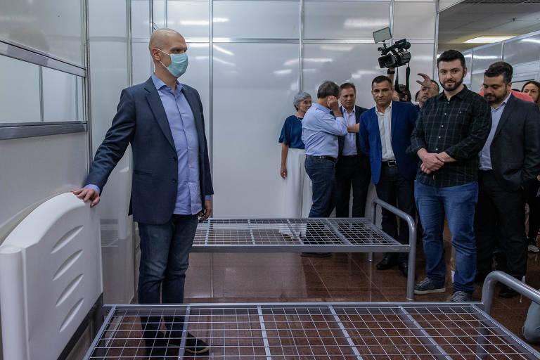 Prefeito Bruno Covas durante vistoria as obras de instalação de leitos provisórios no Anhembi para tratamento de pacientes com coronavírus