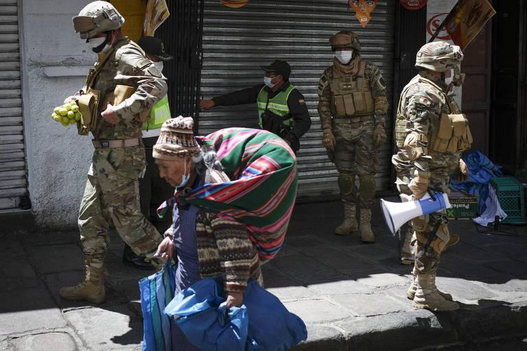 Militares controlam o fechamento de lojas após término do horário permitido de vendas em La Paz