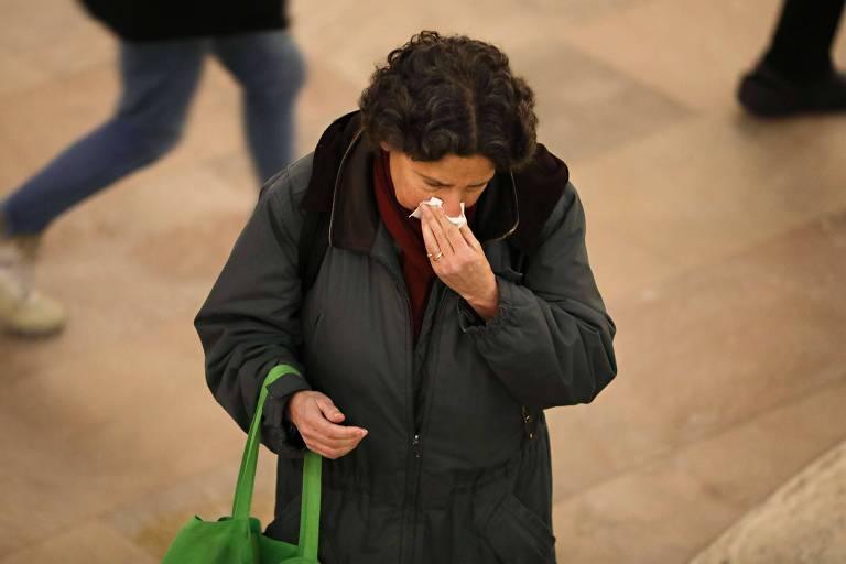 Pessoa assoa o nariz em Nova York; perda do olfato pode ser sintoma da Covid-19