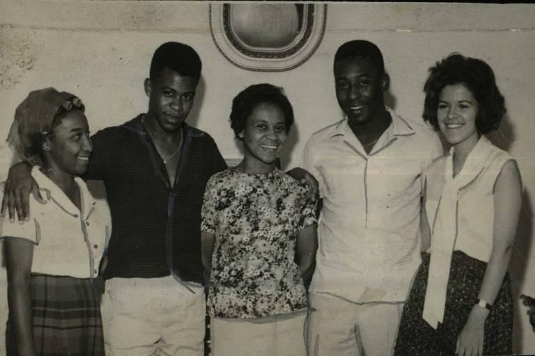 Pelé em foto com os irmãos Zoca e Maria Lúcia e a mãe, Dona Celeste