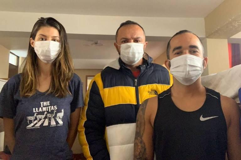 Os brasileiros Natália dos Santos, Leandro Martiniano e Romildo Ribeiro da Silva no hostel onde estão isolados em Cusco