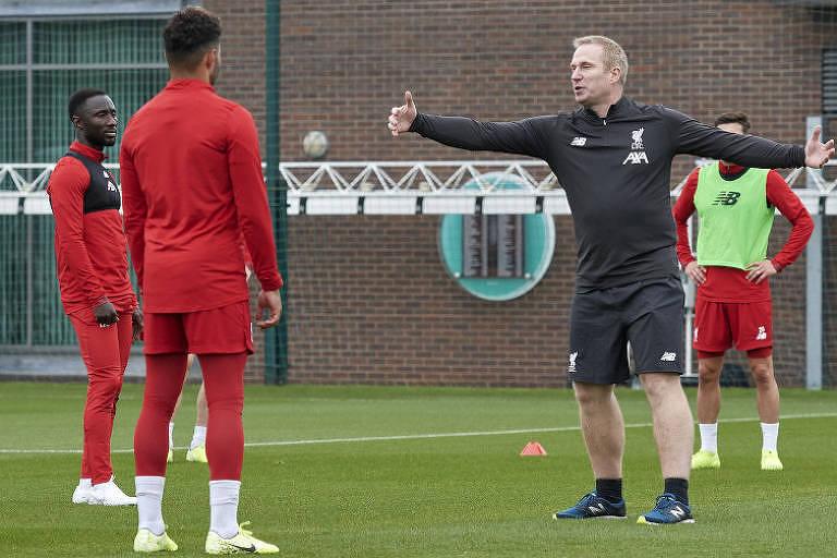 Thomas Gronnemark orienta jogadores do Liverpool durante treino da equipe