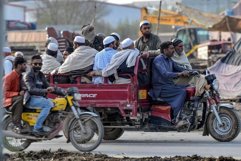 Muçulmanos deixam reunião anual de três dias do grupo Tablighi Jamaat, em Raiwind, no Paquistão