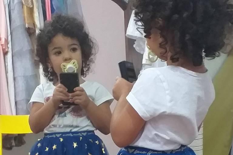 Maria Flor Malta Moreira, 2 anos e 5 meses, conta como está a experiência de quarentena