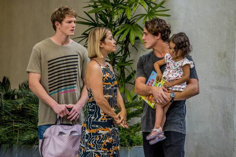 Lígia (Paloma Duarte) e Filipe (Pedro Novaes) entregam Nina para Rui (Romulo Arantes Neto).