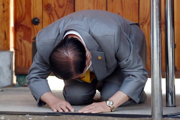 Lee Man-hee, fundador do culto Shincheonji ajoelha-se em pedido de perdão em Gapyeong, na Coreia do Sul